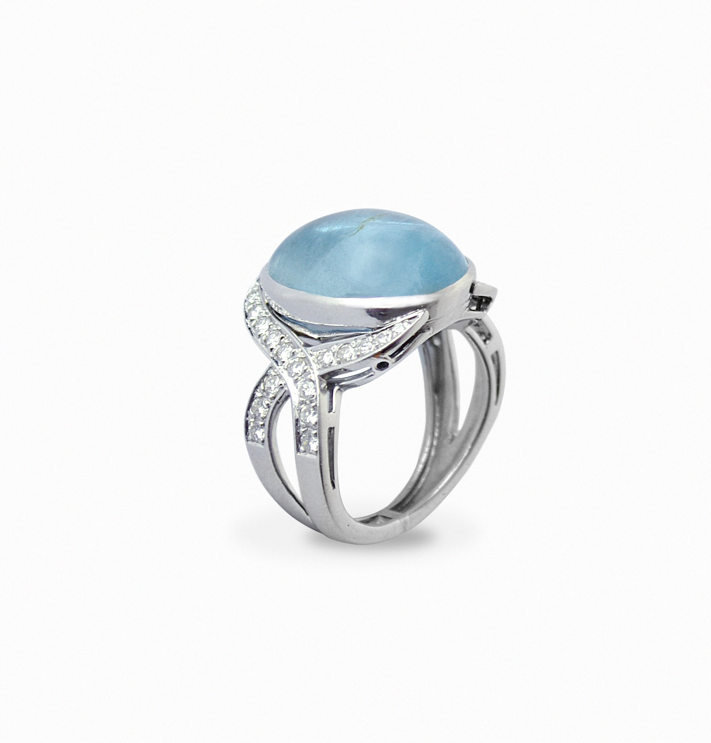 White Gold ring with Aquamarine caboucon cutted and Diamonds