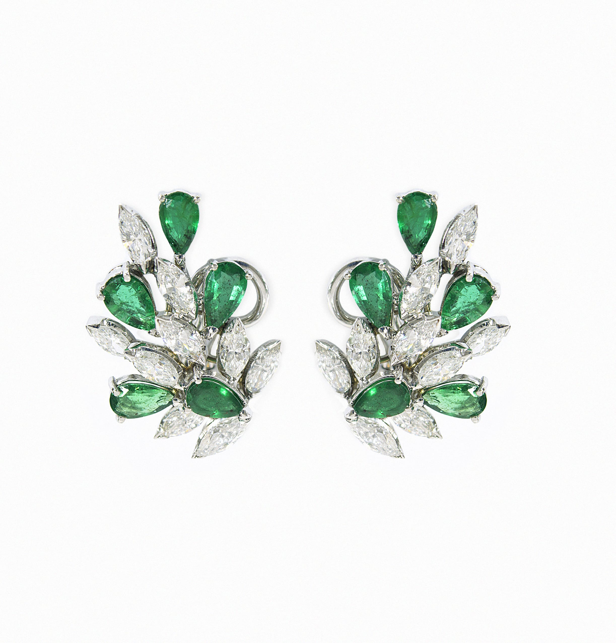 White gold earrings with brilliant cutted diamond and emeralds